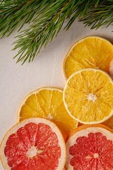 Kreatywne wakacje boże narodzenie nowy rok tekstury żywności z suszonymi owocami cytrusowymi z gałęzi jodły