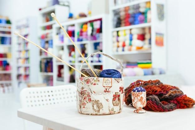 Kreatywne warsztaty, aby zrobić to sam szalik z wełnianymi przędzami