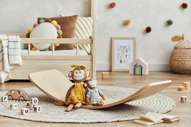 Kreatywne wnętrze pokoju dziecięcego z makietą ramy plakatowej deską balansową i szablonem dekoracji