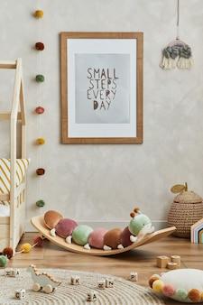 Kreatywne wnętrze pokoju dziecinnego scandi z makieta rama plakatowa pluszowe zabawki i dekoracjeszablon