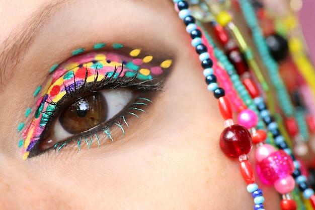 Kreatywne zbliżenie makijażu nierównego oka