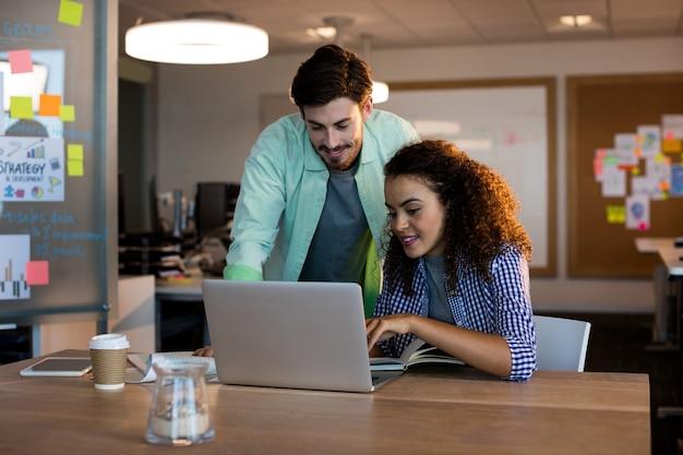 Kreatywni ludzie biznesu, pracujący na biurku w biurze