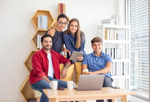 Kreatywni ludzie biznesu pracujący w biurze typu start-up, nowoczesna koncepcja pracowników kreatywnych i projektowych, grupa azjatyckich i wieloetnicznych ludzi biznesu w swobodnym garniturze rozmawiających i burzy mózgów