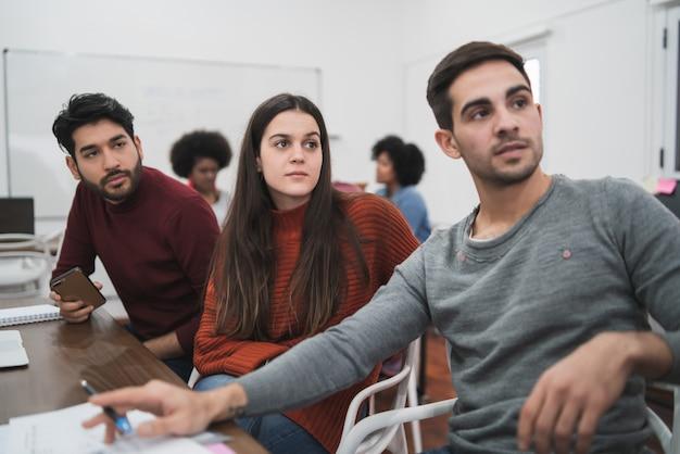 Kreatywni ludzie biznesu słucha kolegi.