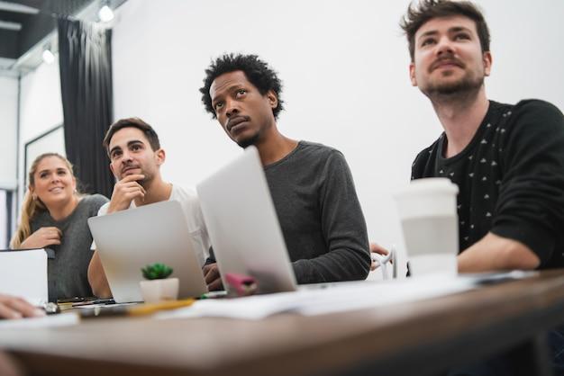 Kreatywni ludzie biznesu słuchają kolegi