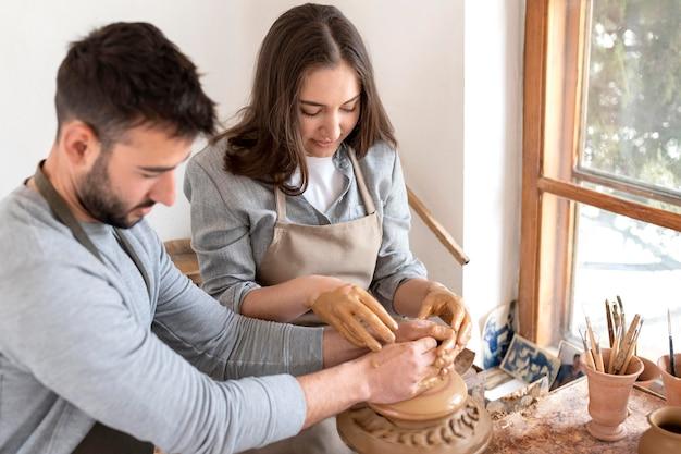 Kreatywni ludzie pracujący w warsztacie garncarskim