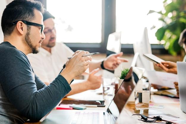 Kreatywni ludzie w startupie wymieniają się pomysłami na nowy projekt