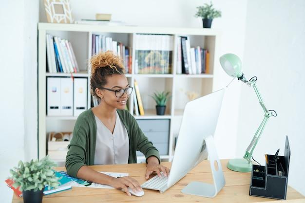 Kreatywnie afroamerykańska kobieta w pracy
