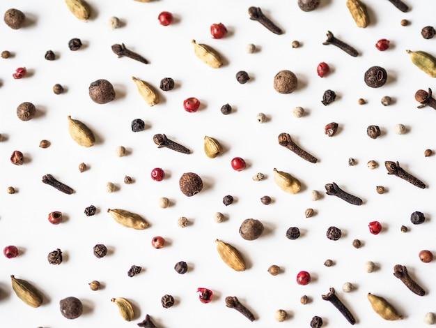 Kreatywnie dekoracyjny karmowy skład różnorodne pikantność na białym tle.