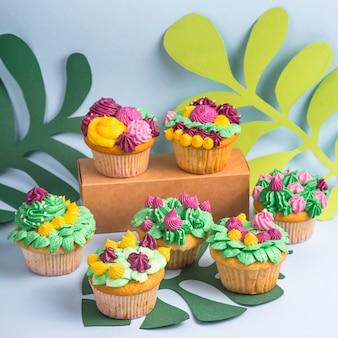 Kreatywnie deserowy słodka bułeczka z kolorową kremową dekoracją