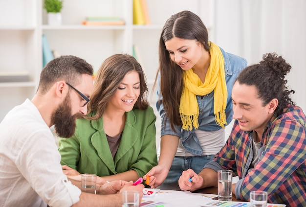 Kreatywnie grupa projektanci dyskutuje projekt przy biurem.