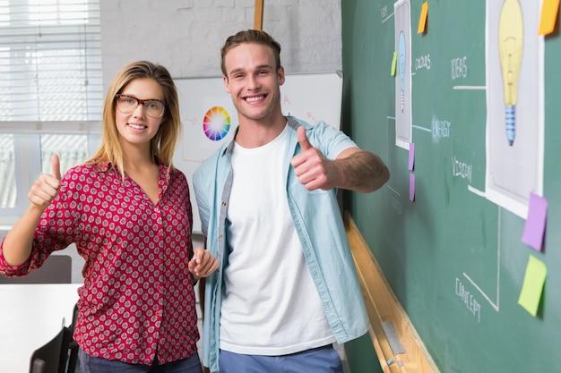 Kreatywnie ludzie biznesu gestykuluje aprobaty blackboard