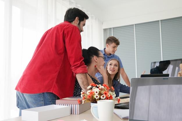 Kreatywnie ludzie biznesu pracuje wewnątrz zaczynają biuro, nowożytnego kreatywnie i projektują pracownika pojęcie