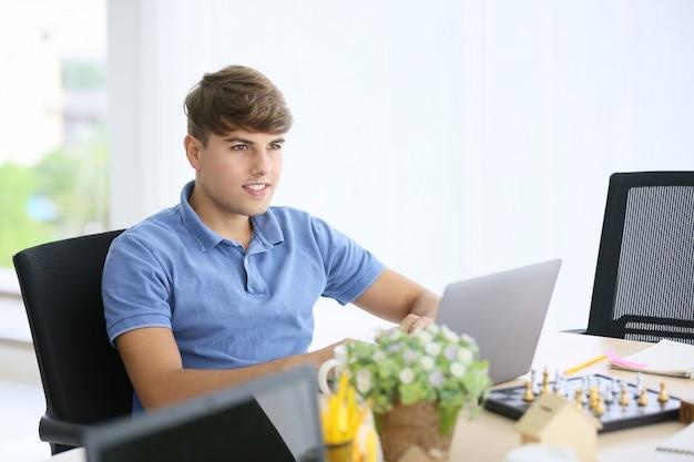 Kreatywnie ludzie biznesu pracuje wewnątrz zaczynają biuro