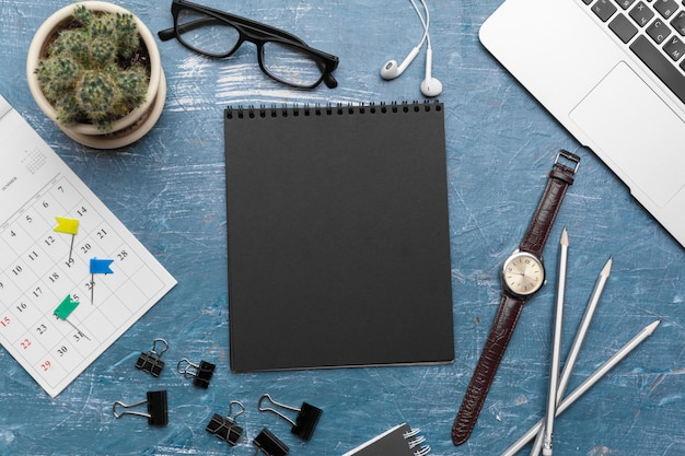 Kreatywnie mieszkanie nieatutowa fotografia workspace biurka pustego czarnego notatnika z kopii przestrzenią