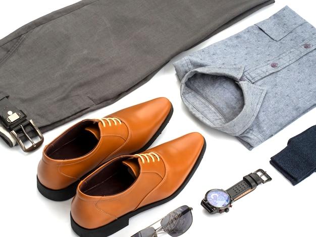Kreatywnie moda dla mężczyzna przypadkowej odzieży ustawia odosobnionego na bielu. widok z góry