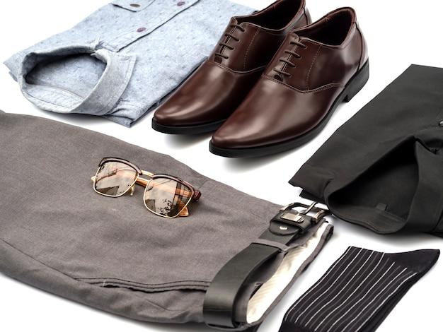 Kreatywnie moda dla mężczyzna przypadkowej odzieży ustawia odosobnionego na bielu.
