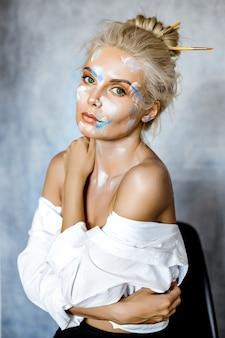 Kreatywnie mody piękna portret piękna młoda blondynki kobieta z fryzurą.