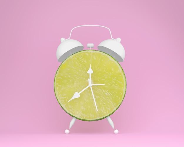 Kreatywnie pomysłu układu plasterka świeży wapno budzik na pastelowym różowym tle. minimalne owoce