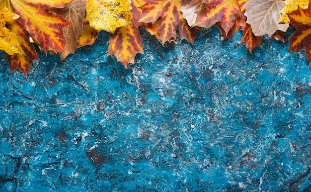 Kreatywnie rama z jesień liśćmi na błękita betonie. widok z góry