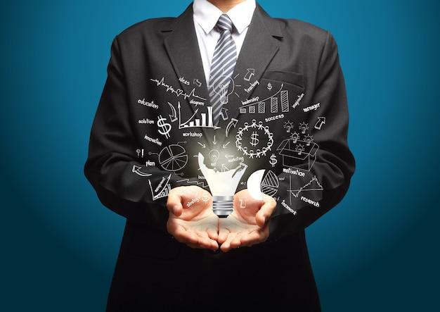 Kreatywnie żarówka z rysunkowym strategia biznesowa planu pojęcia pomysłem