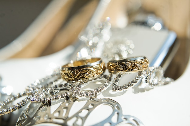 Kreatywnie złote obrączki ślubne, zamykają up.