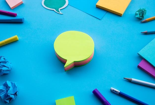 Kreatywność biznesowa z bańki papieru firmowego na białym tle