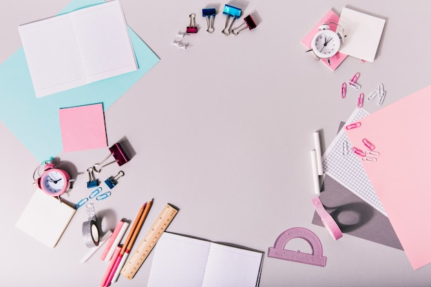 Kreatywny bałagan na stole z artykułami biurowymi