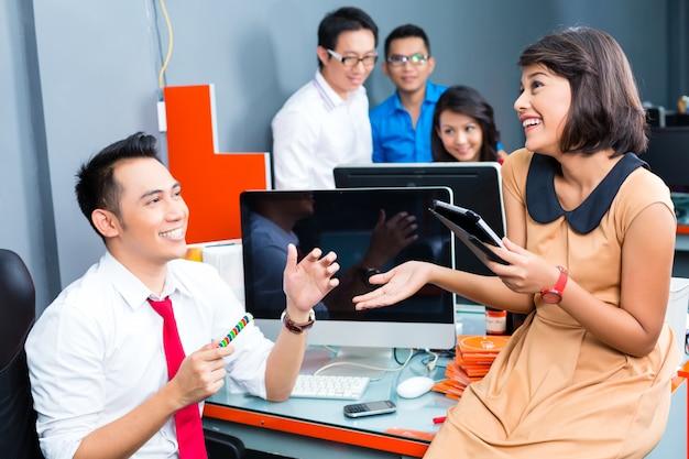 Kreatywny biznes azja - spotkanie zespołu w biurze