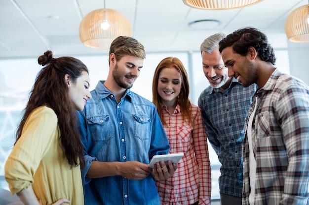 Kreatywny biznes za pomocą cyfrowego tabletu w biurze