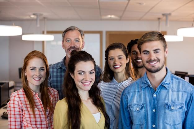 Kreatywny biznes zespół stojący razem w biurze