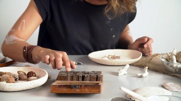 Kreatywny ceramik pracujący w swoim warsztacie. koncepcja małego biznesu