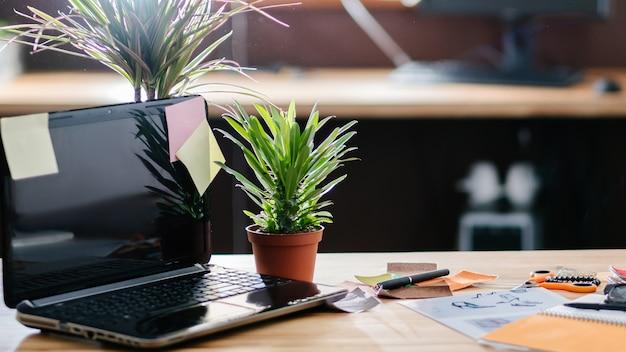 Kreatywny chaos w procesie pracy. papiery papiernicze karteczki samoprzylepne i notatnik rozrzucone na biurku w miejscu pracy