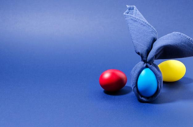 Kreatywny easter bunny niebieskie jajko owinięte w niebieską serwetkę