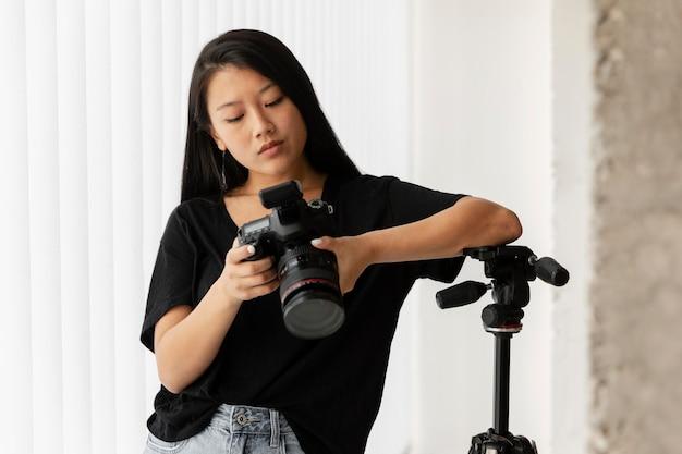 Kreatywny fotograf produktowy w studio