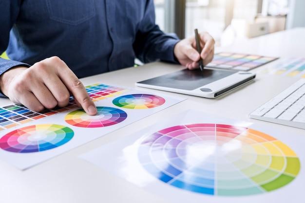 Kreatywny grafik pracujący nad wyborem koloru i próbkami kolorów