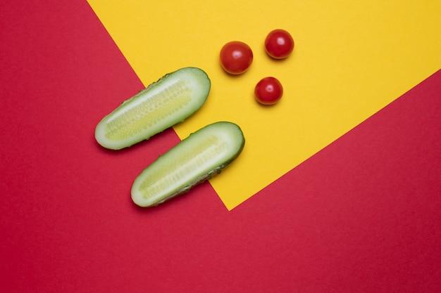 Kreatywny kolorowy pomidor i ogórek,