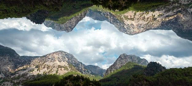 Kreatywny krajobraz, nowoczesny design, góry odbijające się w niebie, światy równoległe. miejsce na kopię.