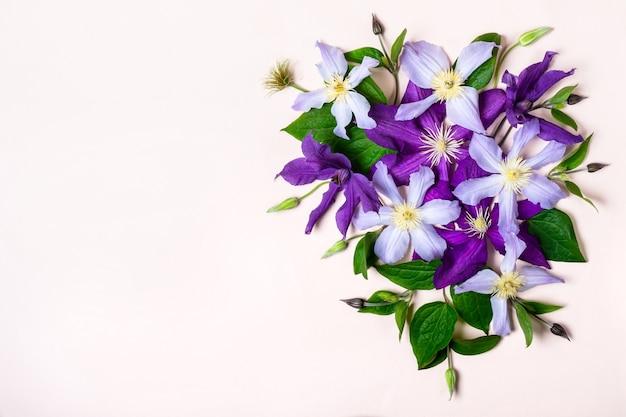 Kreatywny layout wykonany z fioletowych kwiatów. makieta pozdrowienia wakacje.