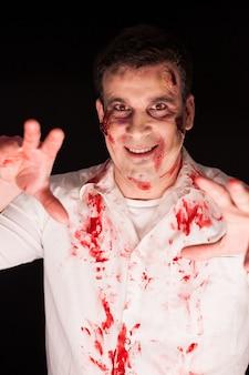 Kreatywny makijaż człowieka przebranego za zombie na halloween.