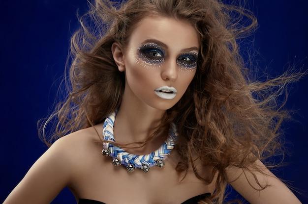 Kreatywny makijaż na twarzy modelki