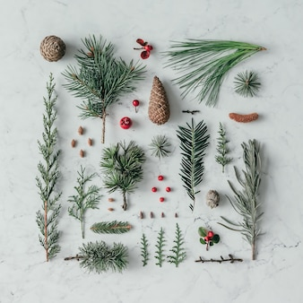Kreatywny naturalny układ wykonany z zimowych rzeczy na marmurowej powierzchni