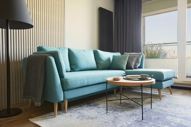 Kreatywny nowoczesny salon w małym mieszkaniu sofa tv i akcesoria osobiste szablon
