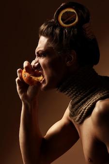 Kreatywny obraz z pomarańczą i cynamonem w fryzurze