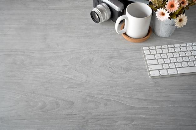 Kreatywny obszar roboczy z kreatywnymi narzędziami i przestrzenią do kopiowania.