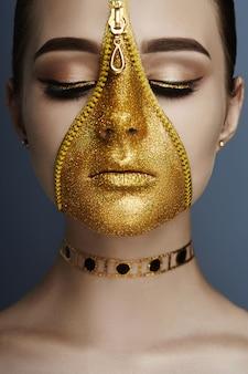 Kreatywny ponury makijaż twarzy dziewczyna złoty zamek koloru