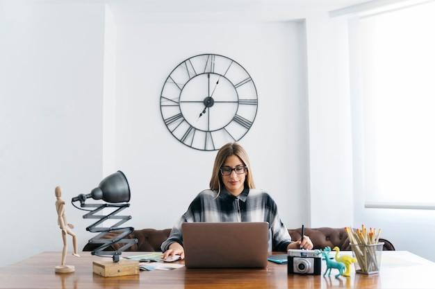 Kreatywny projektant graficzny siedzi przy stole