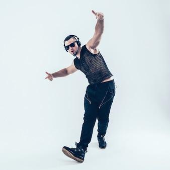 Kreatywny raper w słuchawkach i ciemnych okularach wykonuje rapowy utwór