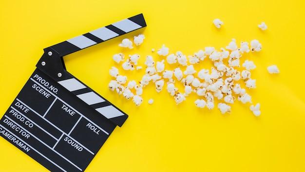 Kreatywny układ clapperboard i popcorn