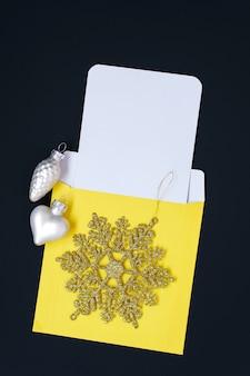 Kreatywny układ świąteczny wykonał makietę koperty i papierowej notatki.